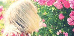 ילדה עם פרחים