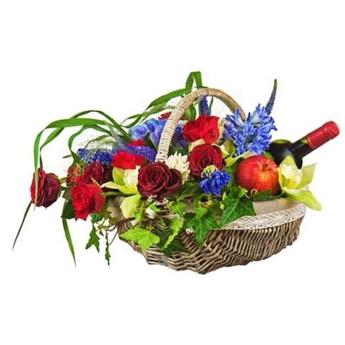 סידור פרחים בסלסלה עם יין