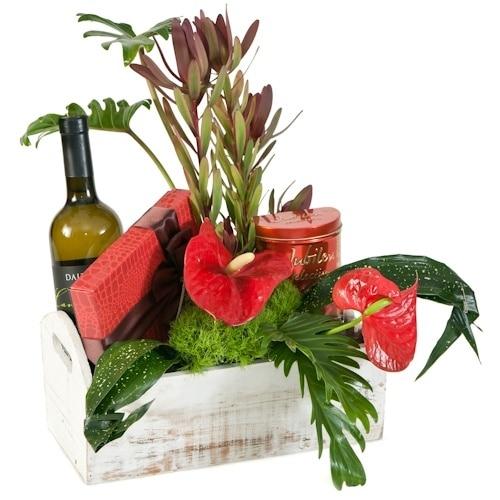 סידור פרחים עם יין ושוקולד