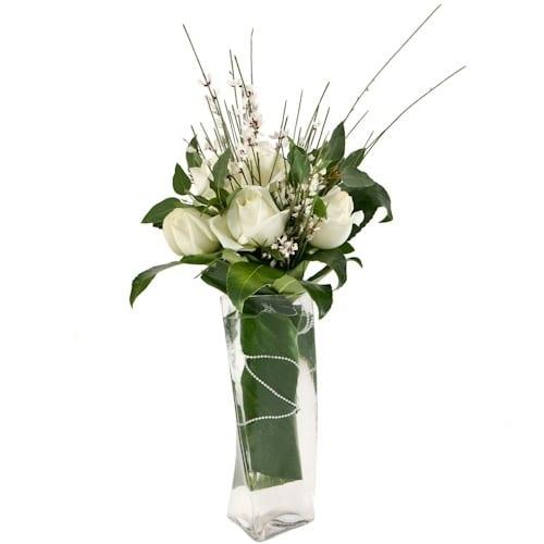 זר ורדים לבנים מעוצב בכלי זכוכית