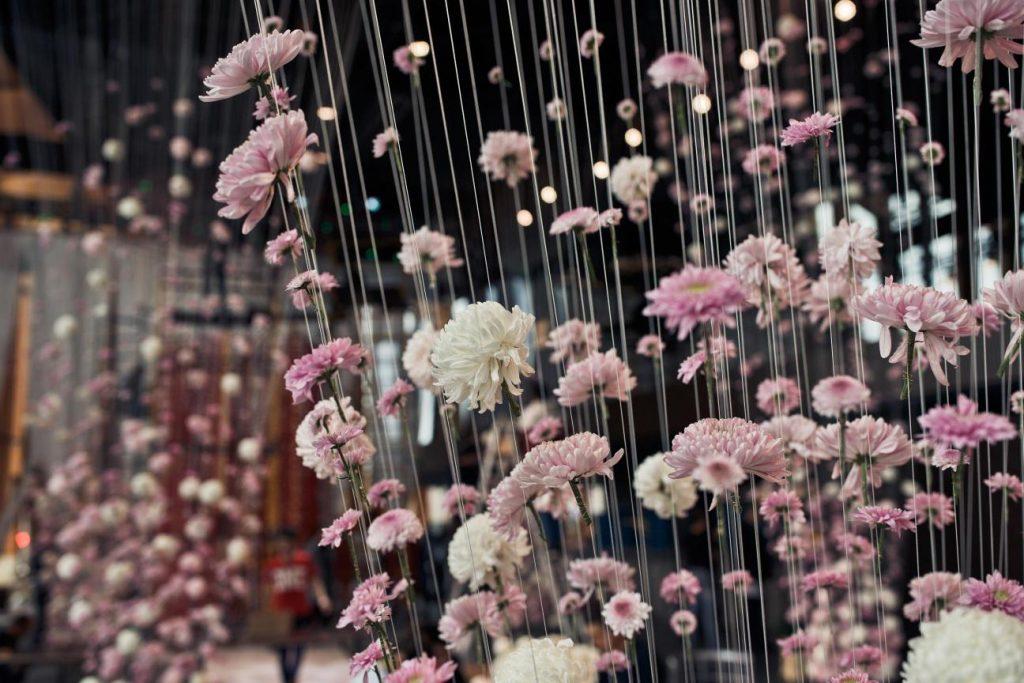 תמונה של עיצוב חדר עם פרחים מבית פרחים תמר