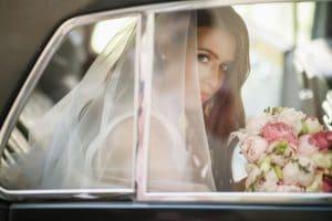 כלה ברכב לאחר שירותי קישוט לרכב חתן כלה מפרחים תמר